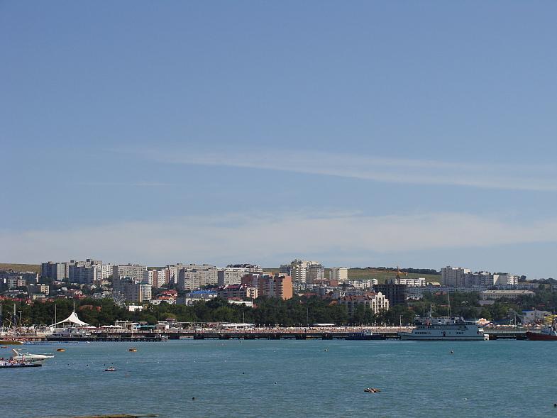 Геленджик со стороны моря. Жилые многоэтажки. Виден микрорайон ПАРУС