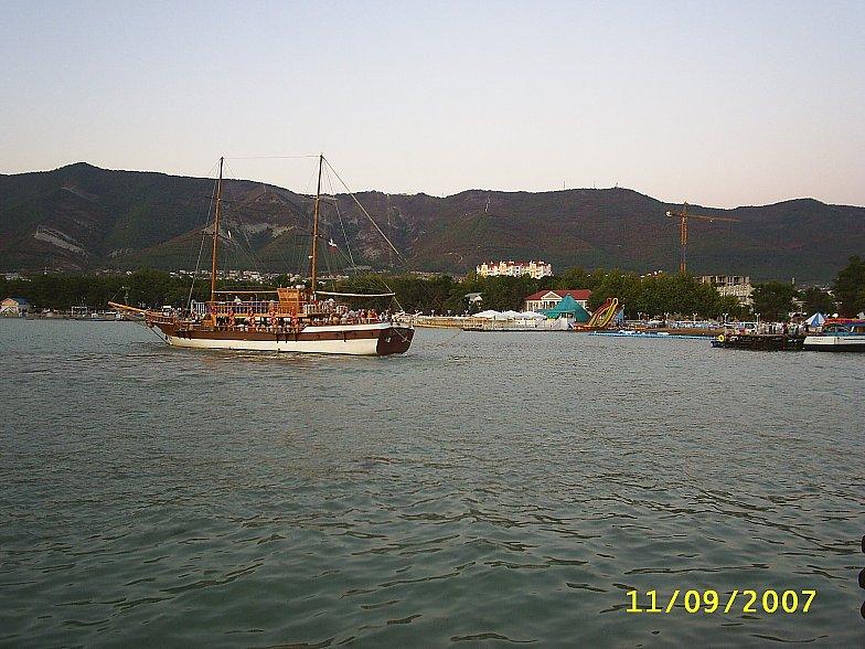 Парусно-моторная шхуна Корсар совершит морскую прогулку в Чёрном море. Геленджикская бухта.